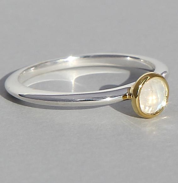 Silberring teilvergoldet mit Mondstein | fine flat