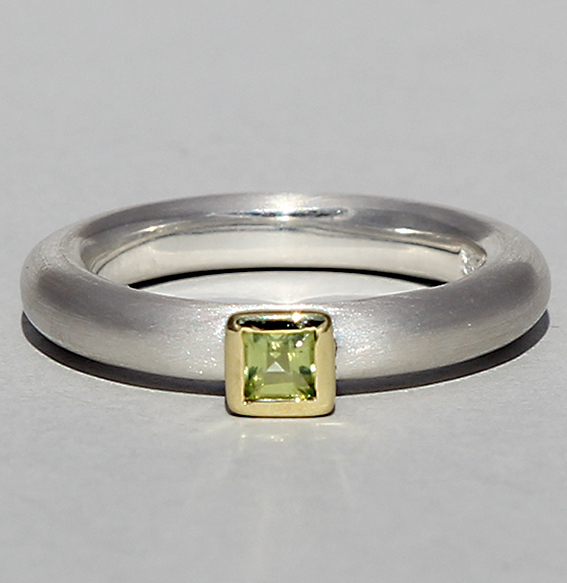 Silberring teilvergoldet mit Peridot | Strack smal